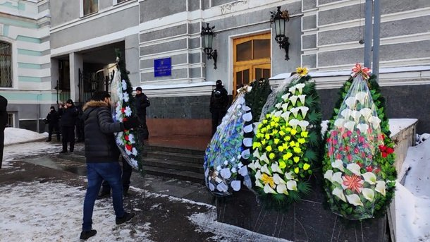 В Киеве под здание Минздрава принесли похоронные венки