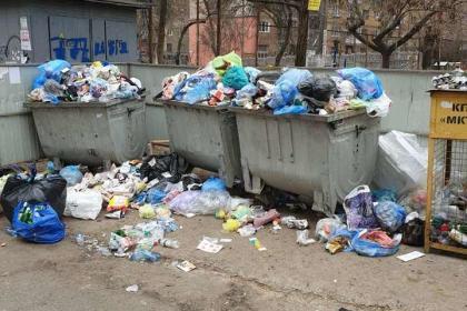 Николаевец пожаловался на возчика, который уже третий день не вывозит мусор из контейнеров