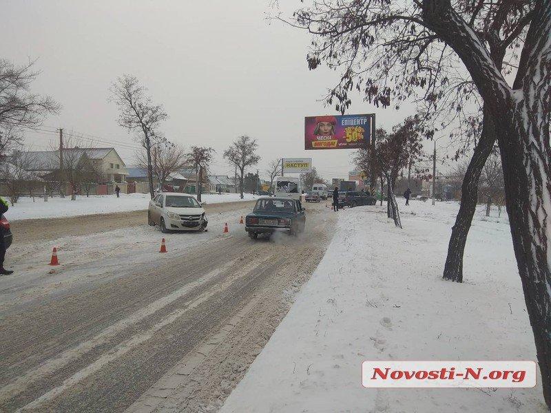 В Николаеве на скользкой дороге столкнулись 4 автомобиля