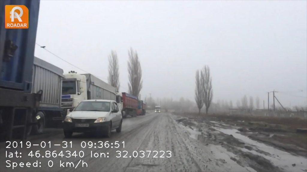 В Николаеве фуры «убили» дорогу и блокируют проезд