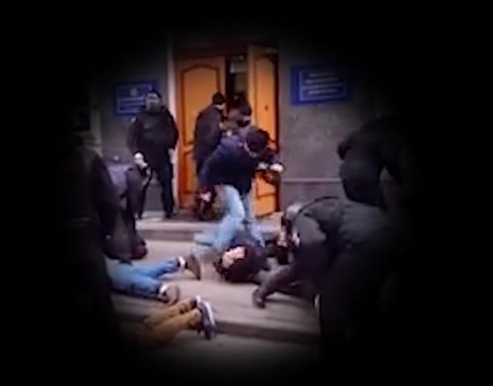 Полицейский в штатском «прибивал» лежащего парня во время штурма РОВД в Киеве