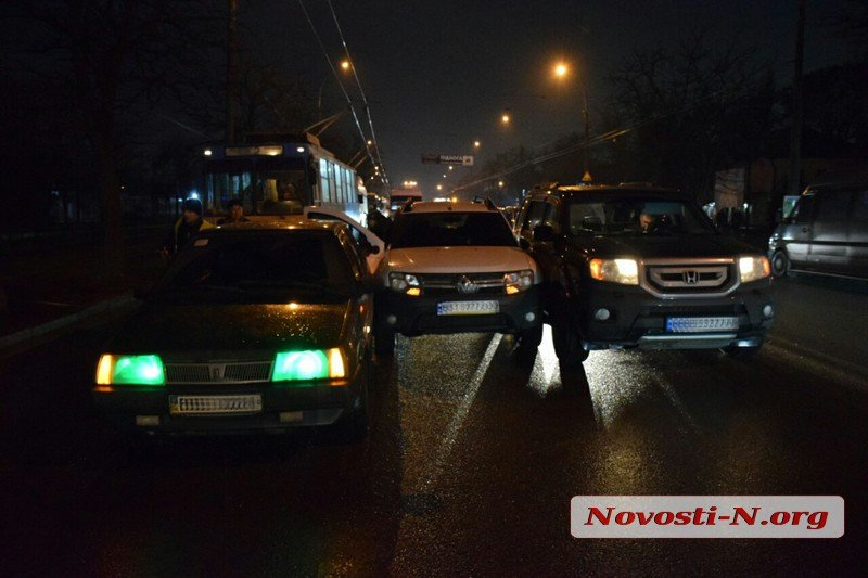 В Николаеве столкнулись три автомобиля: движение по проспекту Богоявленскому заблокировано
