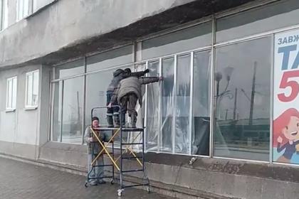В Николаеве на железнодорожном вокзале вместо окон клеят целлофан