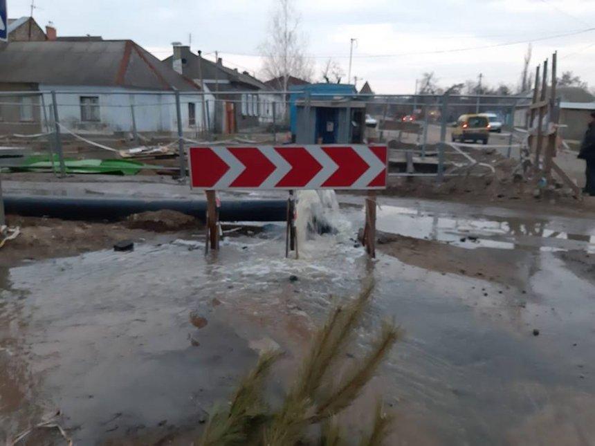 В Николаеве фонтаном хлестала канализация и затопила целую улицу