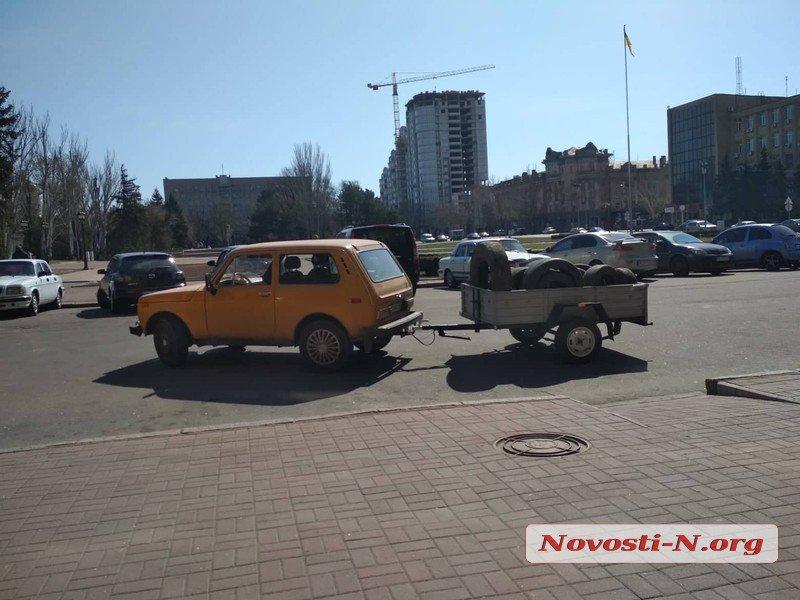 Торговцы с авторынка привезли Сенкевичу шины и пошли к главе ОГА жаловаться на мэра