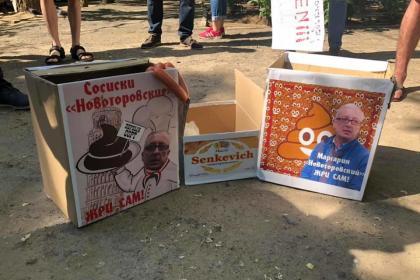 Николаевские активисты устроили скандал с директором КОПа и пытались накормить его сосисками и маргарином