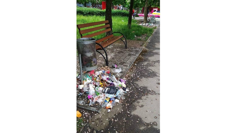На Намыве жалуются на огромное количество неубранного мусора возле детской площадки