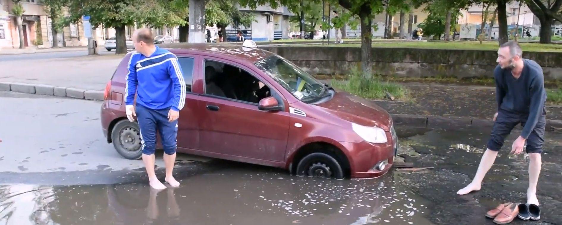 В центре Николаева провалился в «ливневку» уже второй автомобиль