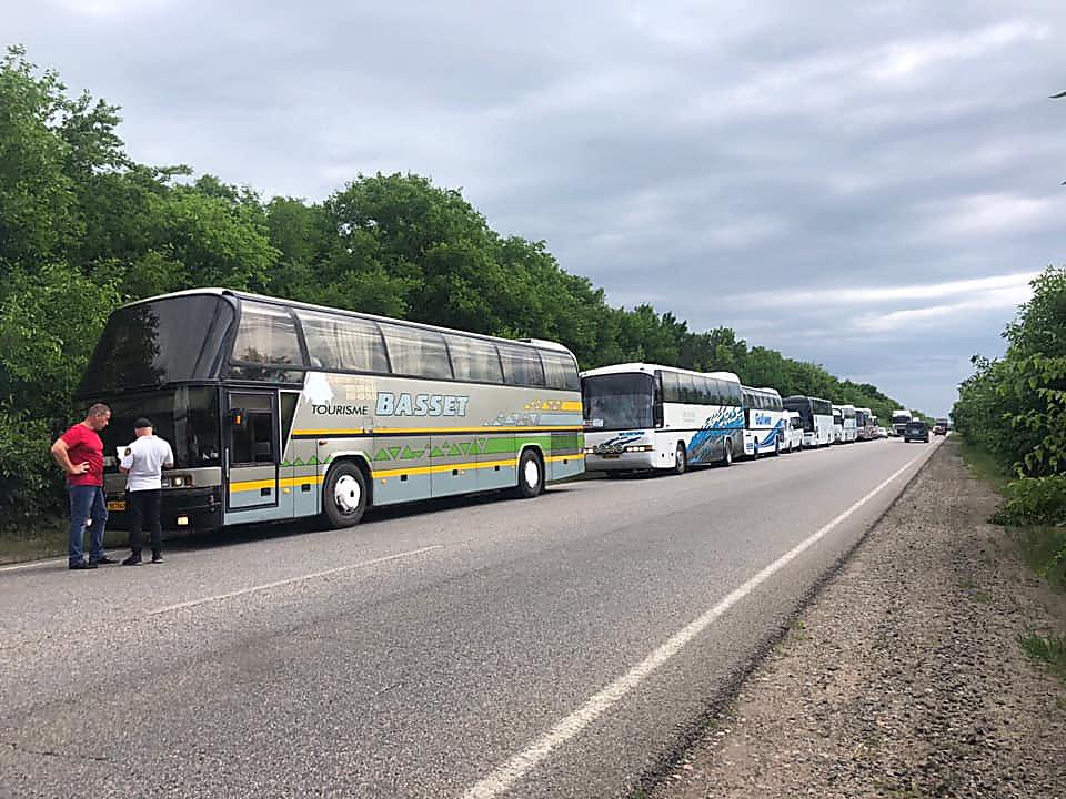 Мэрия Николаева отправила 400 детей в Рыбаковку, но автобусы остановили на трассе – у перевозчика не было разрешения на рейс