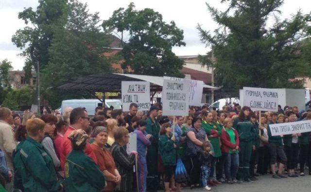 В Хмельницкой области люди вышли защищать Понинковскую фабрику