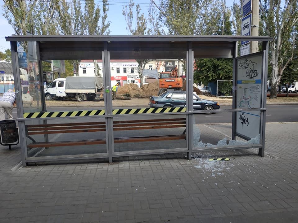 В центре Николаева вандалы разбили остановочный павильон
