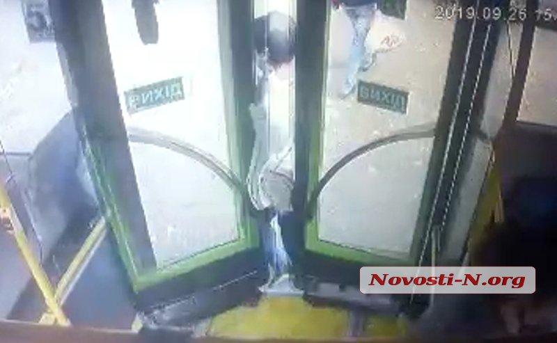 Автобус в Корабельном районе тащит за собой зажатую дверью женщину