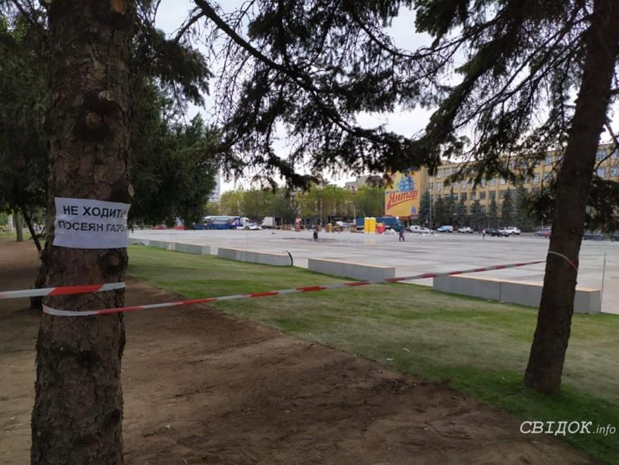 Во время празднования Дня города на Соборной площади николаевцы повредили новый газон