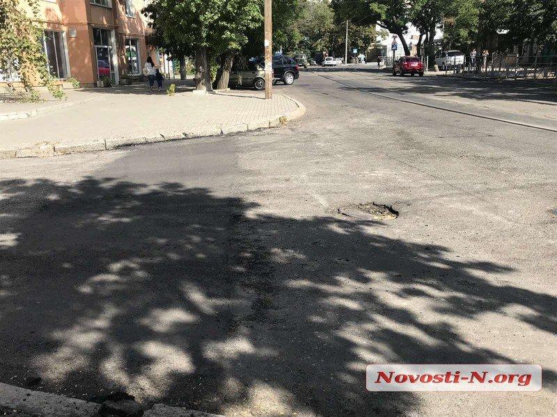 Ремонт дорог по-николаевски: дорожники засыпают асфальт в песок