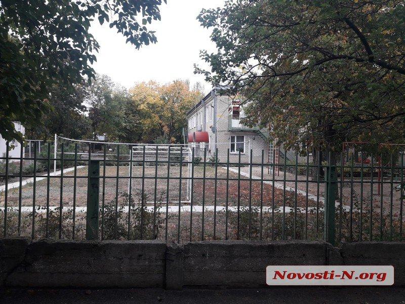 В Николаеве у детского сада и школы обустраивают ночлежку для бездомных
