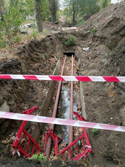 В Николаеве два месяца не могут закопать новые трубы в траншее