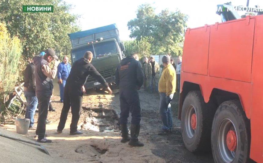 В Николаеве в недоделанную дренажную систему провалилось три грузовика
