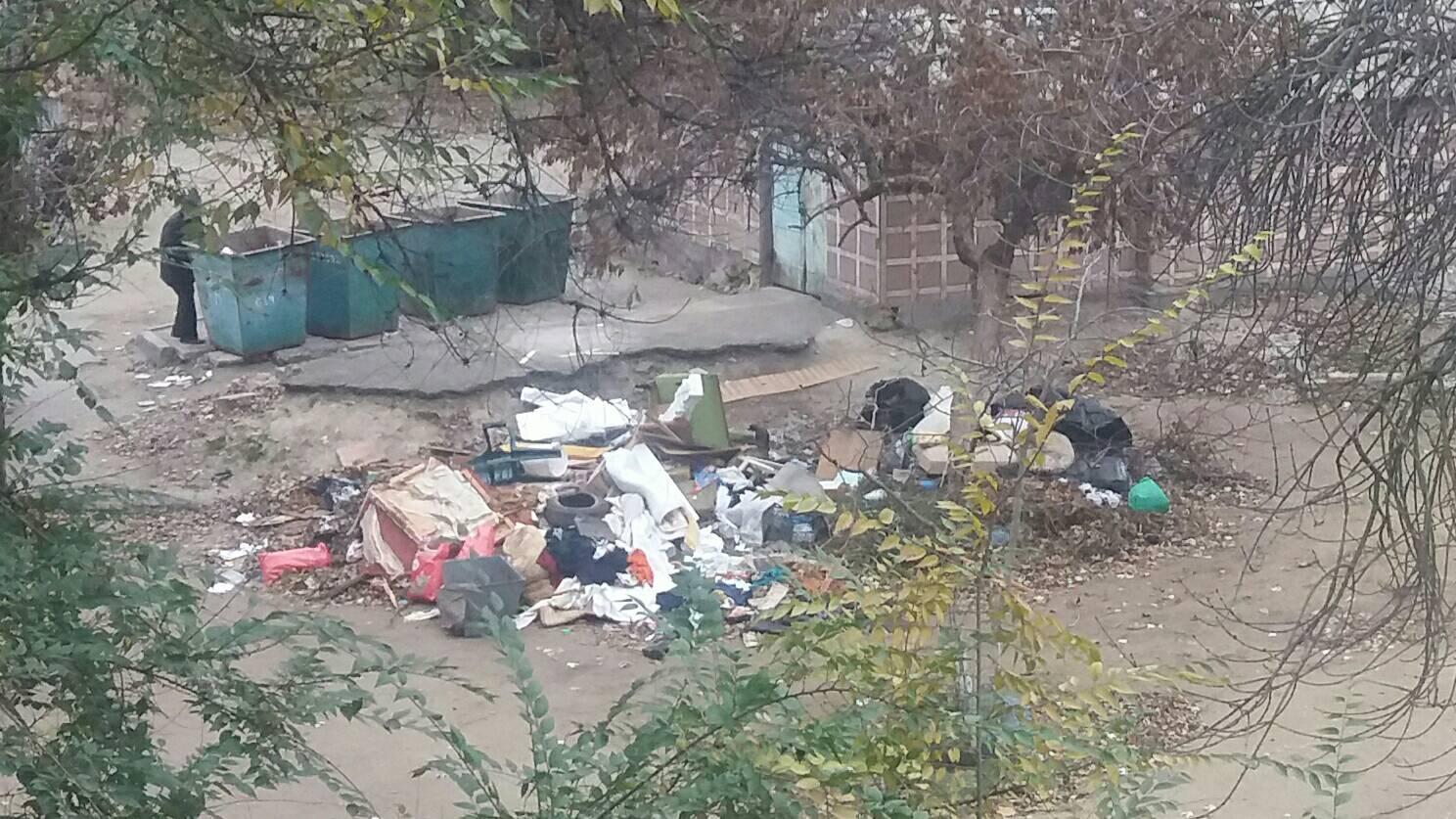 В Николаеве ЖЭК устроил свалку мусора во дворе дома