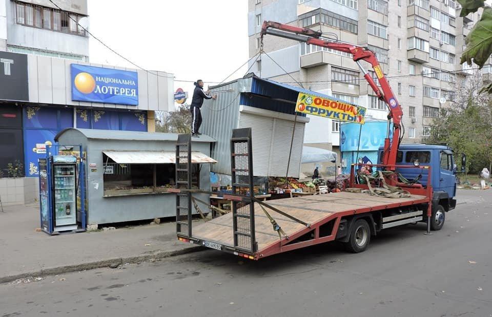 В Николаеве по улице Космонавтов убирали незаконно установленные киоски