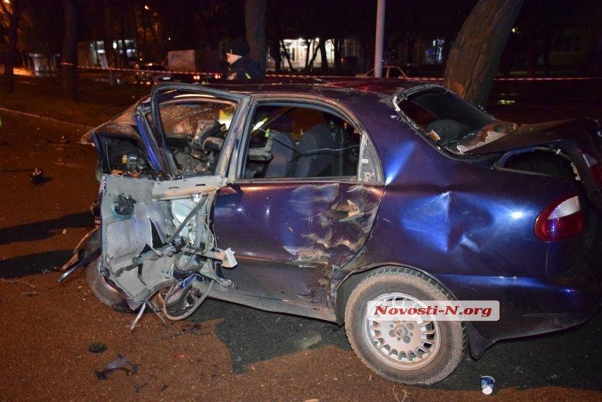 В Николаеве водитель элитной иномарки влетел в такси, погибли два человека