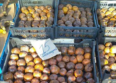 В Корабельном районе гнилую хурму продают под видом шоколадной