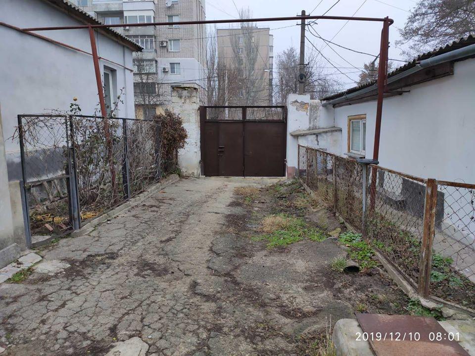 После ремонта тротуара в Николаеве вода заливает двор жителям города