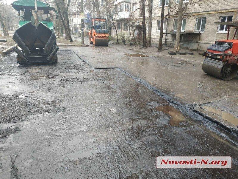 В Николаеве кладут асфальт прямо в лужи во время дождя