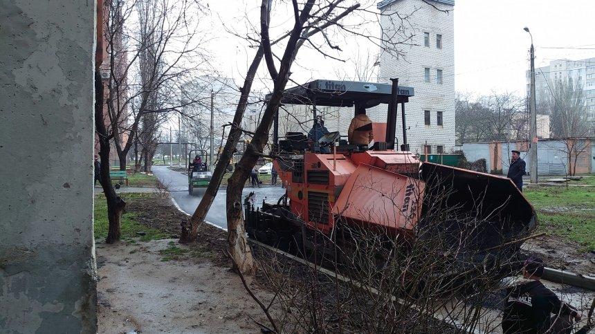 В Николаеве с маниакальным упорством продолжают укладывать асфальт в дождь