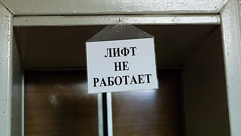 Обещали починить к Новому году: В Николаеве у жителей многоэтажки с конца лета не работает лифт