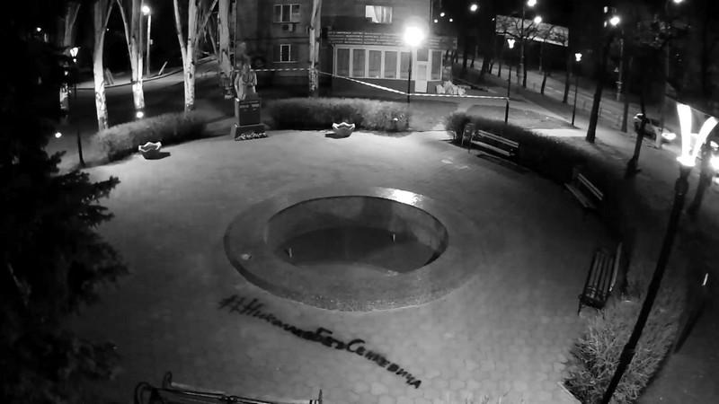 Неизвестные вандалы разрисовали тротуары надписью «Николаев без Сенкевича» под онлайн-камерами