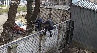 Экс-депутат Черновол влезла на территорию ГБР через забор с «колючкой»