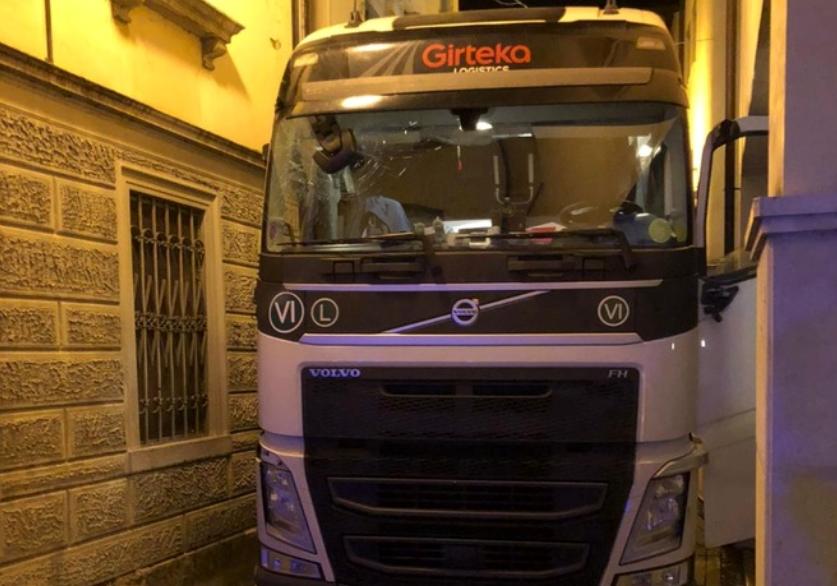 Пьяный дальнобойщик на фуре разнес итальянский городок