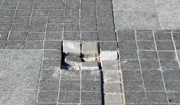 На Серой площади провалилась плитка