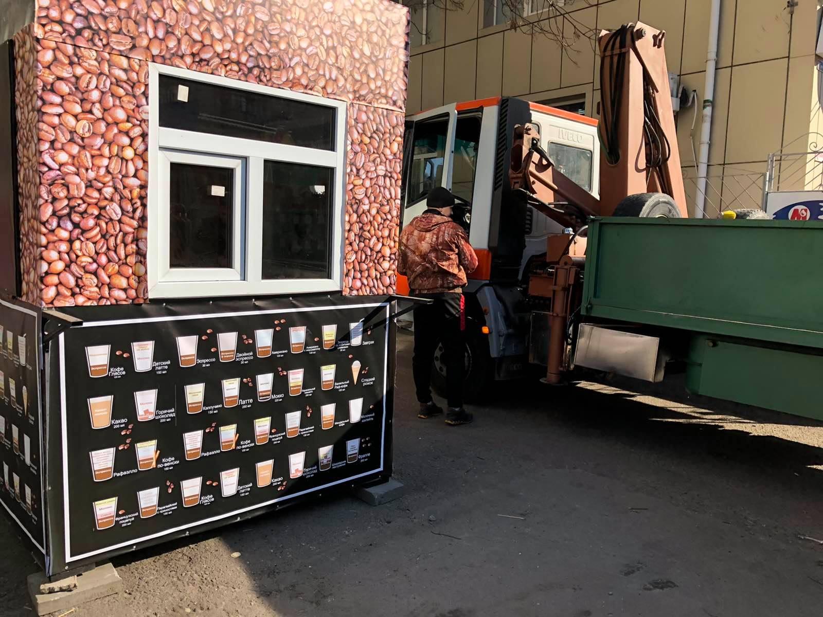 В центре Николаева демонтировали незаконный киоск с кофе