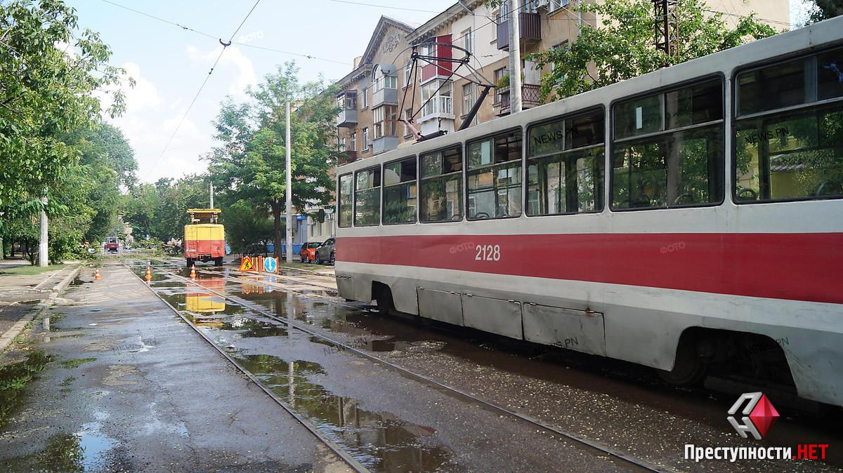 в Николаеве пенсионеры побили водителя трамвая, который не пускал их в салон из-за ограничений