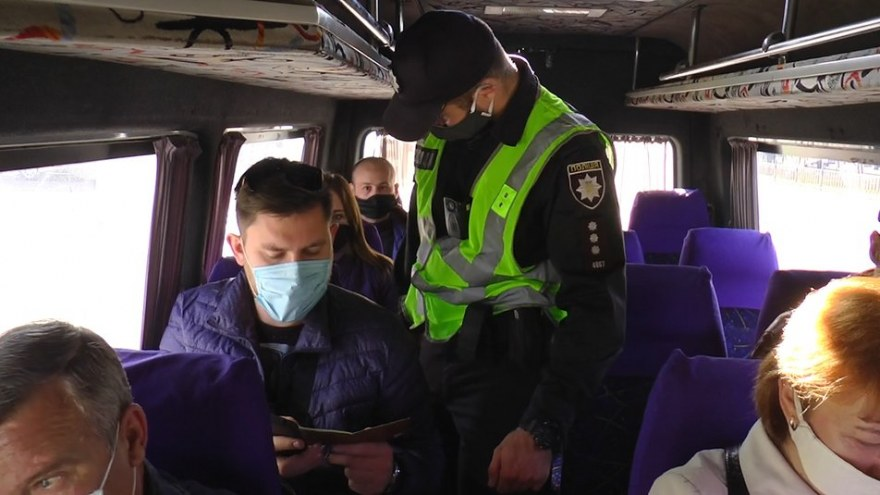 В Николаеве патрульные проверили, как соблюдают карантин в транспорте: есть нарушения