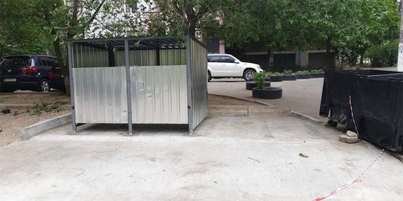 Показали после ремонта одну из мусорных площадок, за которые заплатили 150 тысяч