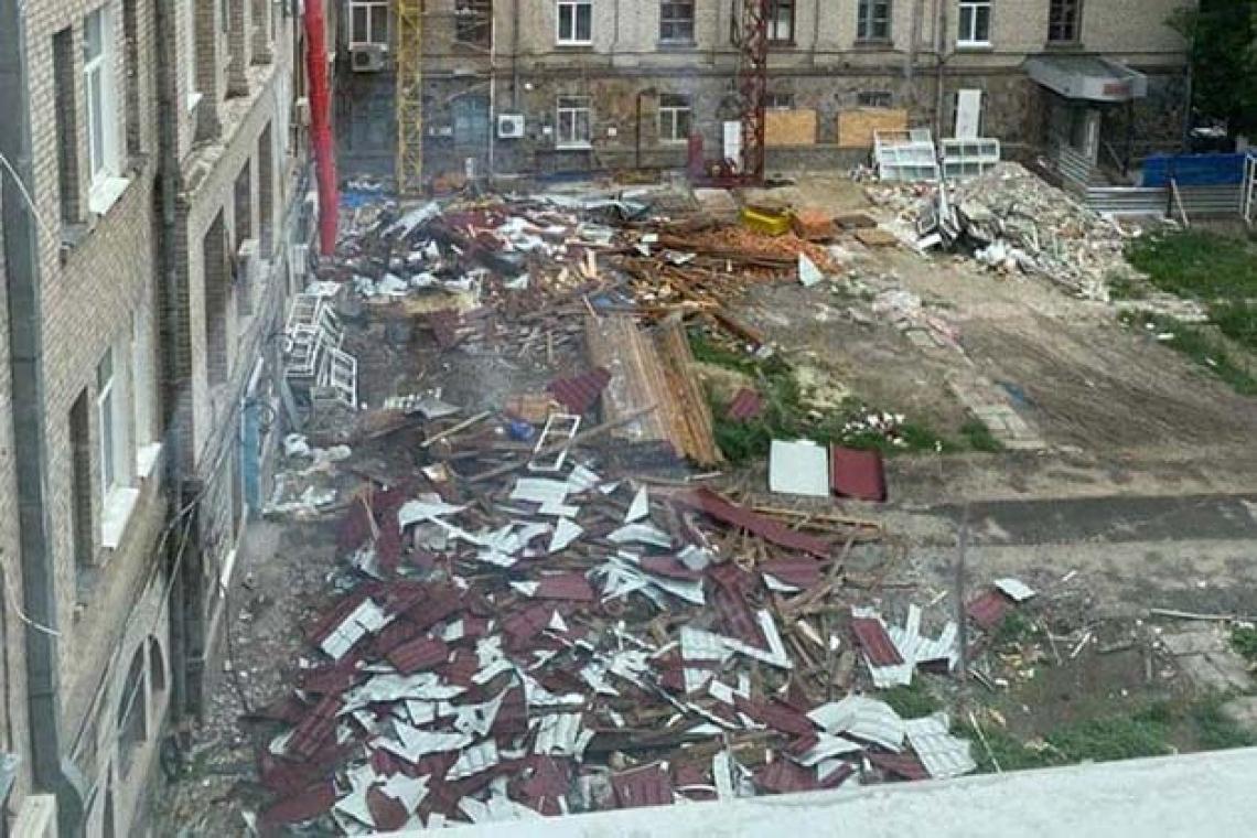 Двор Николаевской областной больницы превратился в строительную свалку
