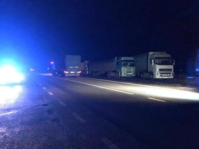 Водители более сотни грузовиков саботируют взвешивание и заблокировали движение на трассе под Николаевом