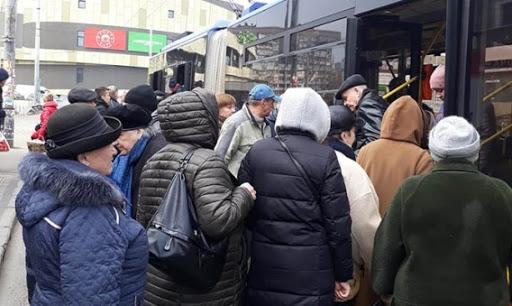Треть заболевших коронавирусом украинцев заражаются в транспорте