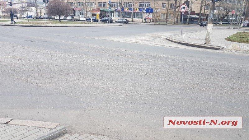 Спустя два месяца после укладки, асфальт на Садовой за 11 млн начал превращаться в крошку