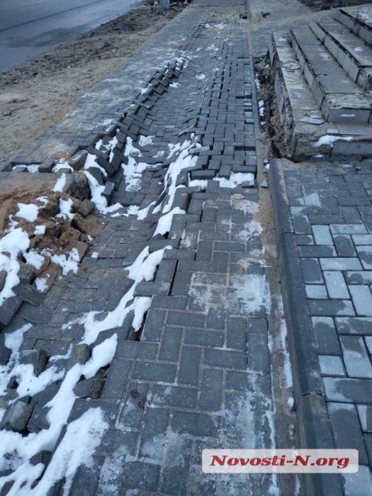 В Николаеве вместе со снегом «растаяли» новые тротуары из плитки