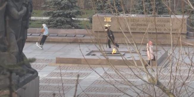 В Николаеве подростки катались на самокатах по мемориальному комплексу героев-ольшанцев