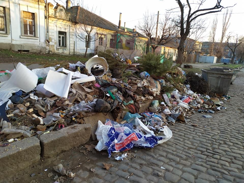 Николаевцы жалуются на кучи мусора в центре города