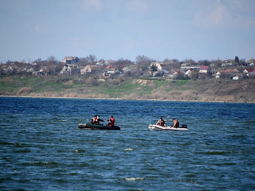 В Николаеве в Бугском лимане опрокинулась лодка: пропавшего без вести мужчину ищут спасатели