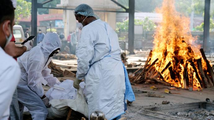 В Индии строят костры для кремации в парках и на автостоянках — в стране