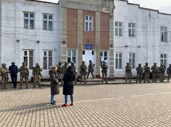 Выборы в Прикарпатье: здание избиркома захватил спецназ СБУ
