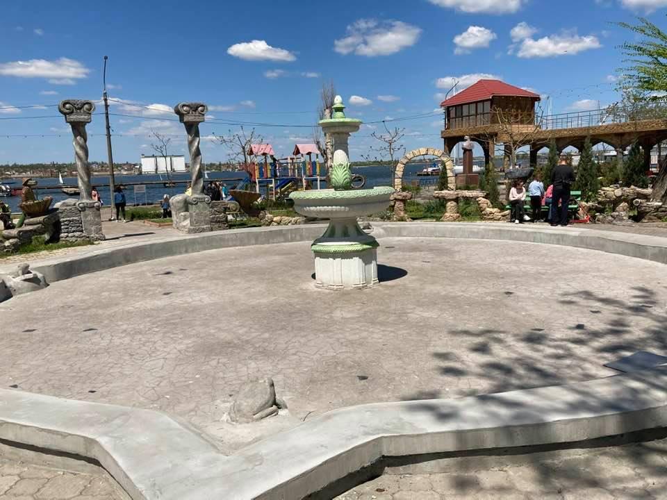 Николаевцы возмущены реконструкцией фонтана с лягушками, которую затеяли владельцы бара
