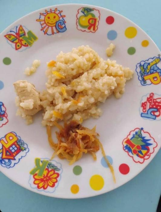 Ложка каши и кусочек мяса: депутат опубликовала фото скудного обеда в школе Николаева