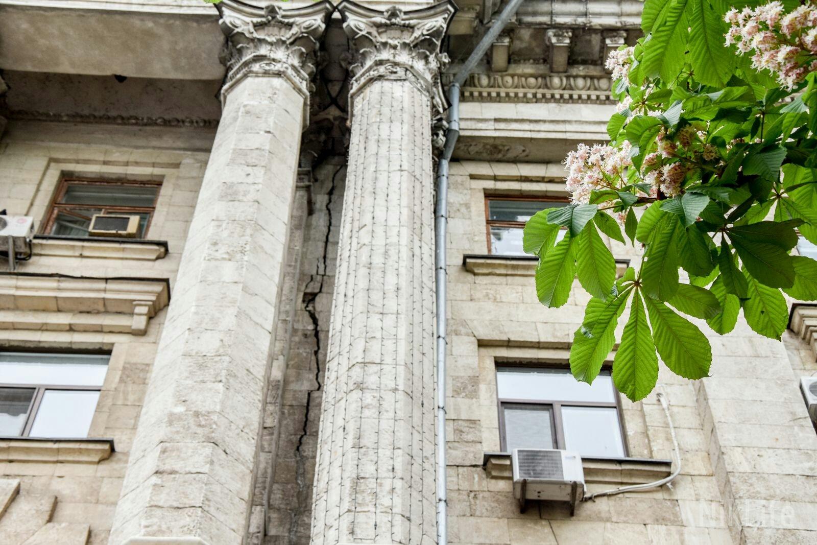 По фасаду мэрии Николаева пошла трещина, едва ли не раскалывающая здание пополам